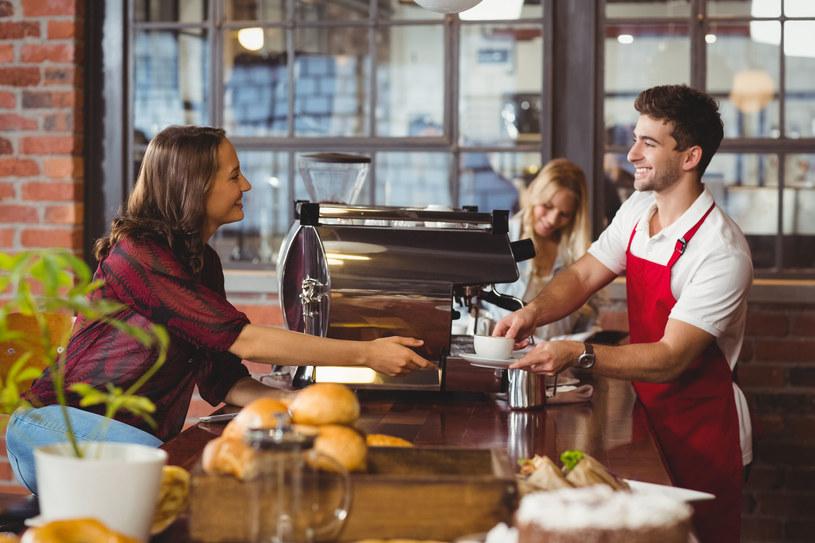 Dziś młodzi ludzie wybierają proste zajęcia i szybkie pieniądze zamiast staży i startu w korporacyjną karierę /123RF/PICSEL