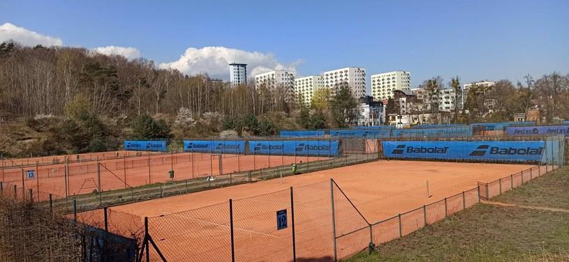 """Dziś na stadionie Arki są korty tenisowe. Widok z kultowej """"Górki"""" /"""