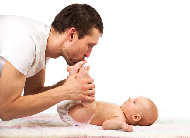 Dziś ojcowie chętniej zajmują się niemowlętami /Newseria Lifestyle