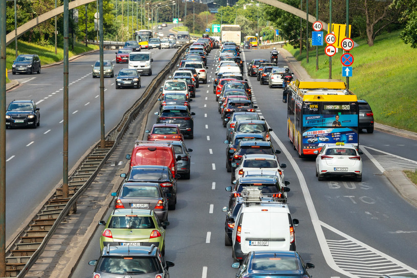 Dziś samochód (stary, tani) może mieć każdy. Ale to ma się zmienić do tego stopnia, że Polacy będą porzucać samochody! /Arkadiusz Ziółek /East News