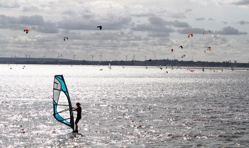 Dziś w Chałupach częściej niż nudystów, spotkać można surferów /Hubert Matys /East News