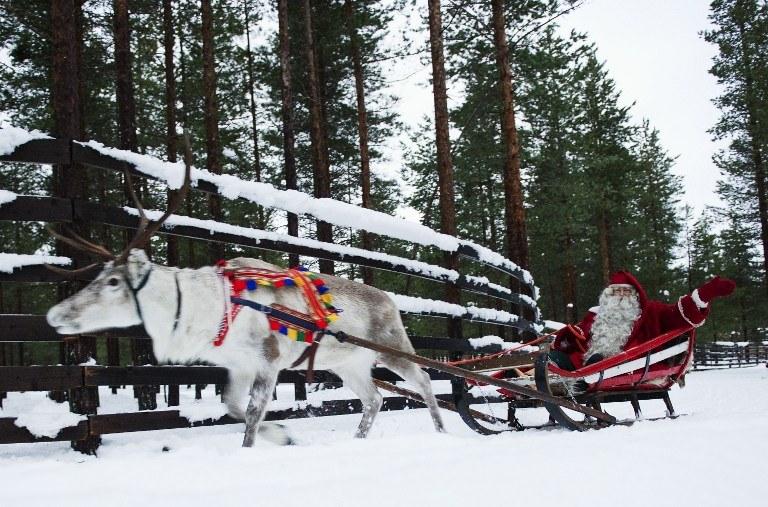 Dziś za umowne miejsce zamieszkania św. Mikołaja uznaje się lapońskie Rovaniemi /JONATHAN NACKSTRAND / AFP /AFP