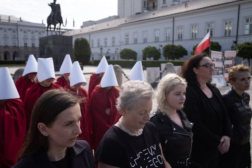 """""""Dzisiaj mówimy dość, mamy dość słuchania od PO i PiS, że na prawa kobiet przyjdzie czas, mamy dość tego, że o prawach kobiet decyduje PiS do spółki z Kościołem"""" - mówiła Sylwia Spuerk /fot. Andrzej Iwanczuk/REPORTER /Reporter"""