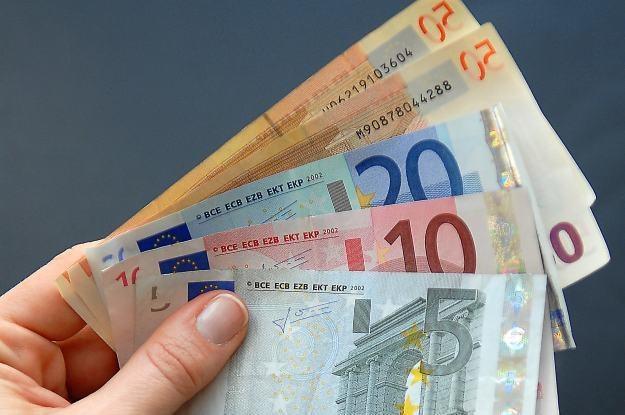 Dzisiaj papierowe pieniądze powoli odchodzą do lamusa /AFP