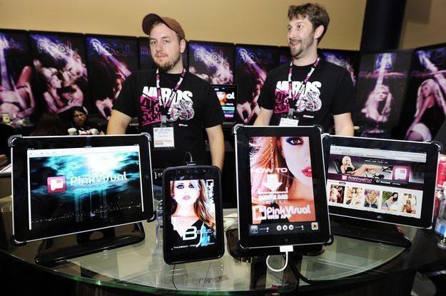 Dzisiaj pornografia jest oglądana nie tylko na komputerach, ale także na tabletach i smartfonach /AFP