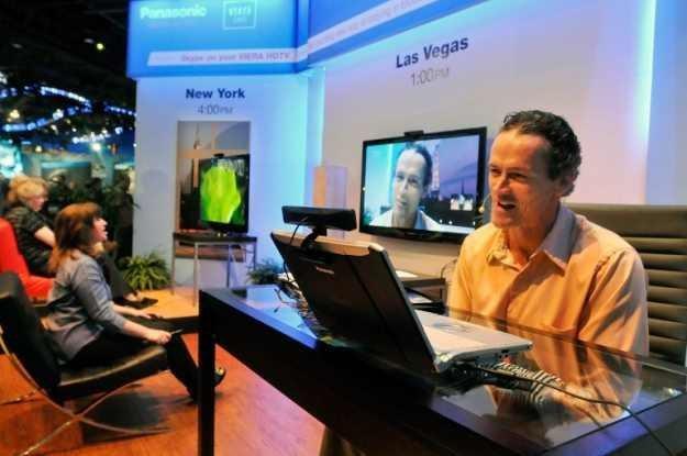 Dzisiaj z komunikatory można znaleźć także w telewizorach - czy można znaleźć i pracę? /AFP