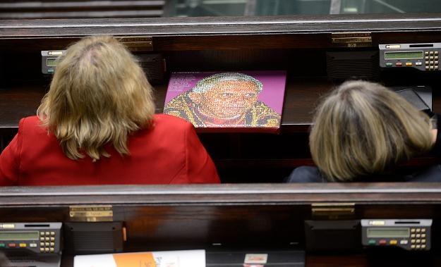 Dzisiejsze posiedzenie Sejmu. Jak powiedział Ryfiński, każdy z tych puzzli symbolizuje ofiarę AIDS /PAP