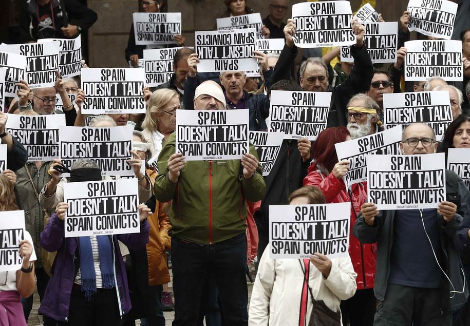 Dzisiejsze protesty na ulicach Katalonii mają pokojowy przebieg /JESUS DIGES /PAP/EPA