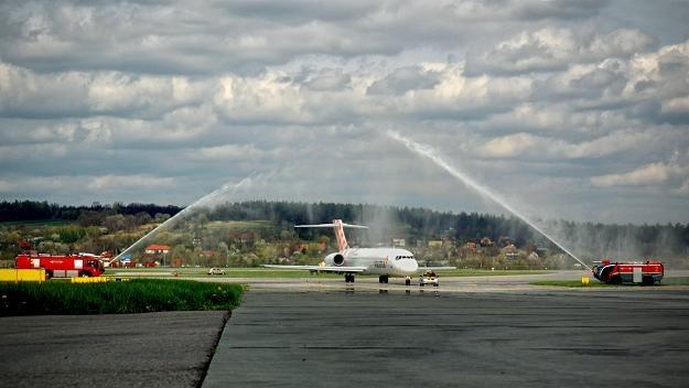 Dzisiejsze przywitanie samolotu lini Volotea w Krakowie-Balicach. Fot. M. Wajnchold (SPFL). /