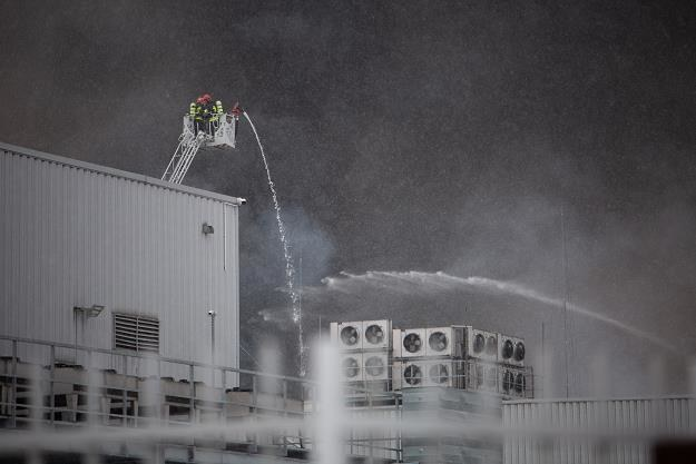 Dzisiejszy pożar hali na warszawskim Annopolu. Fot. Mateusz Włodarczyk /FORUM