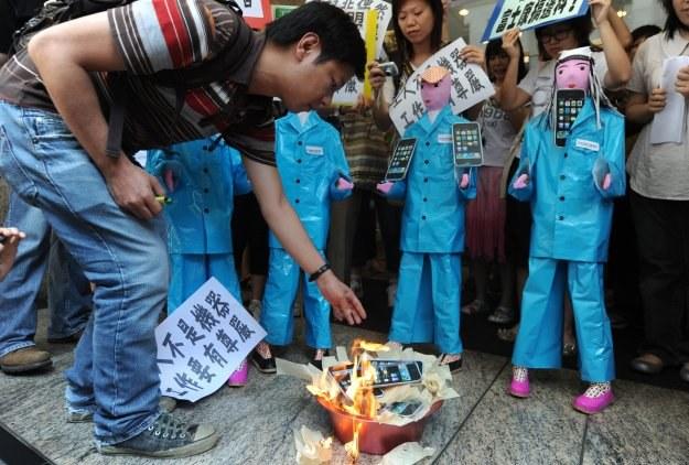 Dzisiejszy protest przed siedzibą oddziału Foxconnu w Hongkongu /AFP