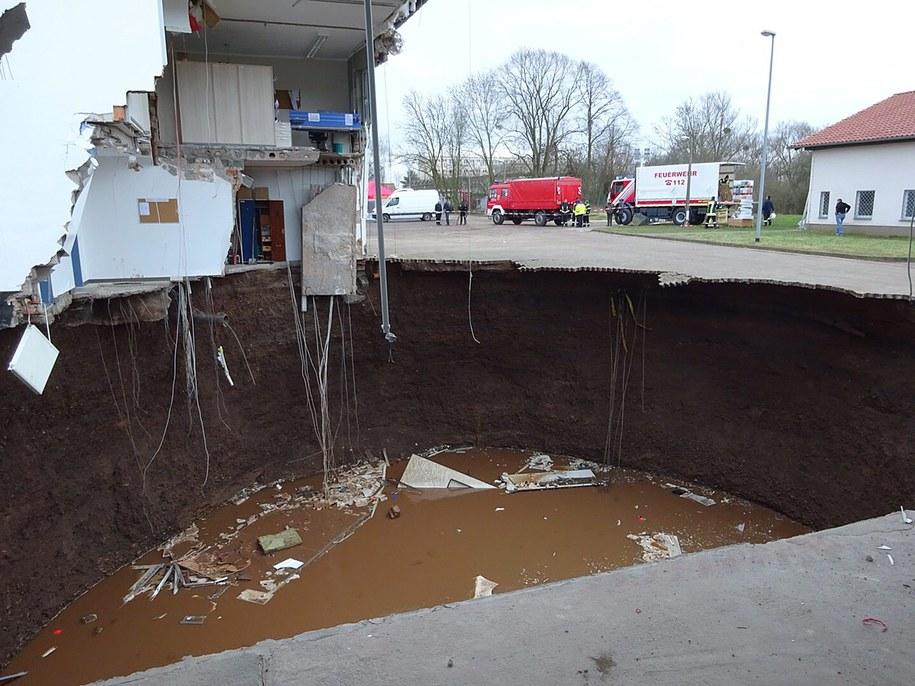 Dziura jest wypełniona wodą, prawdopodobnie z podziemnego źródła /JESSICA PIPER/NORDHAUSEN COUNTY /PAP/EPA