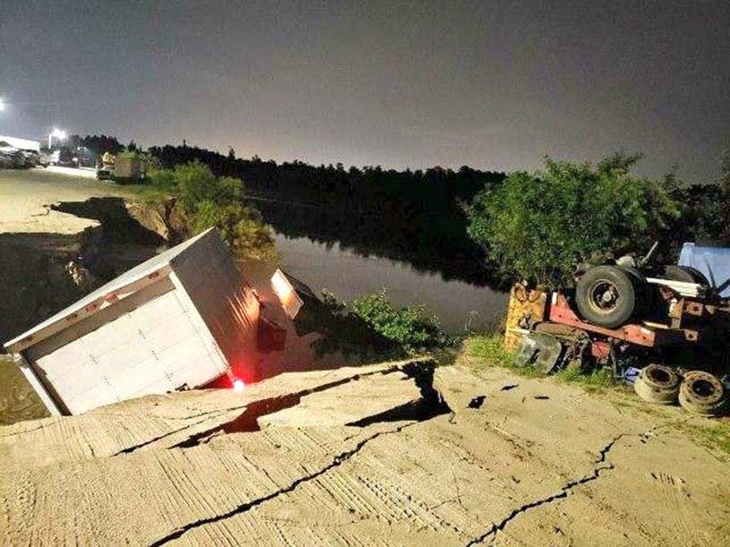 Dziura pochłonęła kilka ciężarówek oraz stojącą nieopodal przyczepę przerobioną na dom /East News