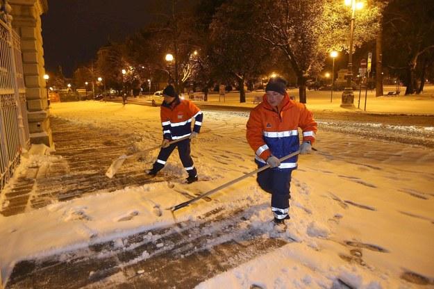 Dziury, popękany asfalt. Ulice w Rzymie zagrażają kierowcom