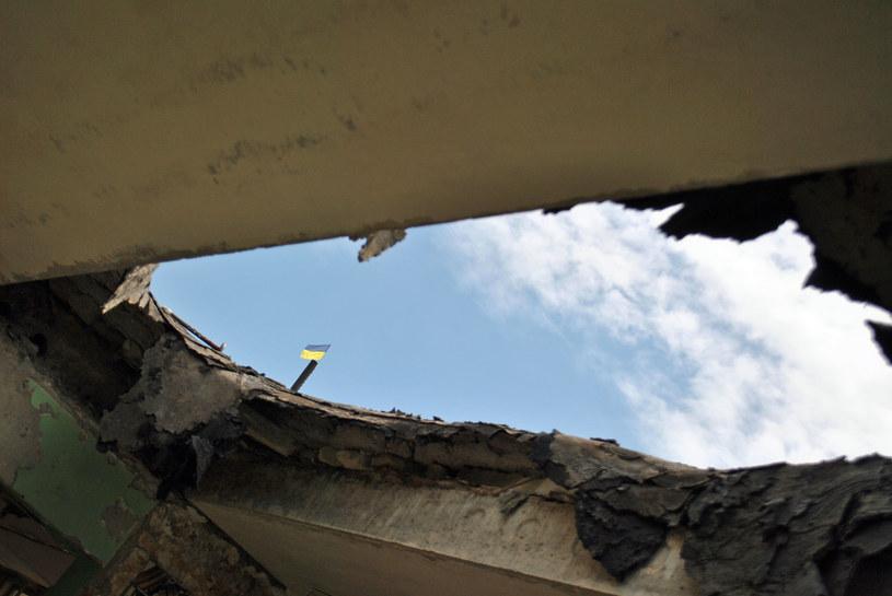 Dziury w dachu - dowód trafień pociskami ciężkiej artylerii... /Marcin Ogdowski /INTERIA.PL