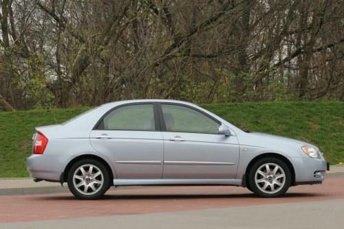 Dziwna nazwa, przeciętna stylizacja, niezawodność na szóstkę. W ofercie był sedan i hatchback. /Motor