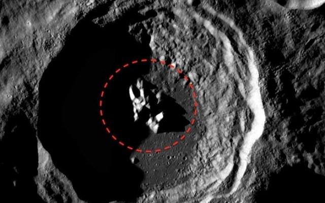 Dziwny obiekt w księżycowym kraterze /materiały prasowe