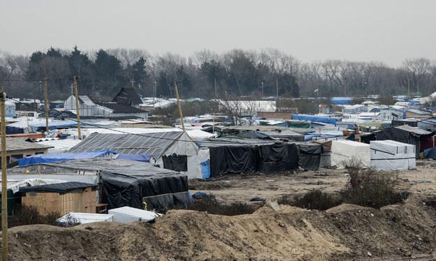 """""""Dżungla"""" wywołuje mieszane uczucia mieszkanców Calais: """"Ludzie sobie myślą, dlaczego pomaga się im, a nie nam?"""" /AFP"""