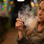 E-papierosy naprawdę szkodzą płucom. W połączeniu ze zwykłymi nawet bardziej