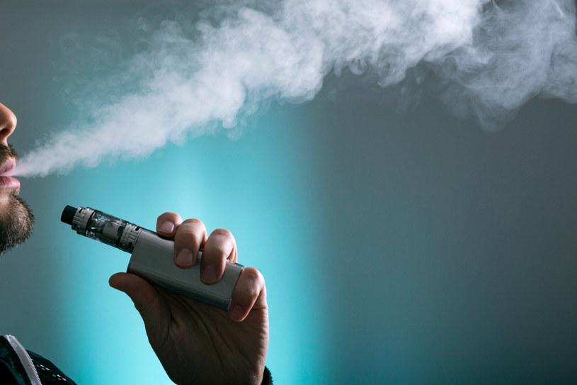 E-papierosy pełne nieznanych substancji chemicznych /123RF/PICSEL