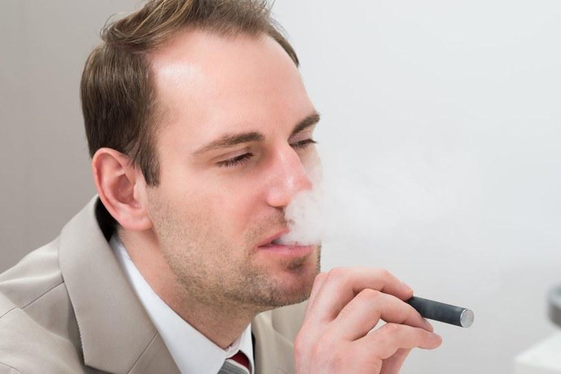 E-papierosy są niebezpieczne - alarmuje WHO /123RF/PICSEL