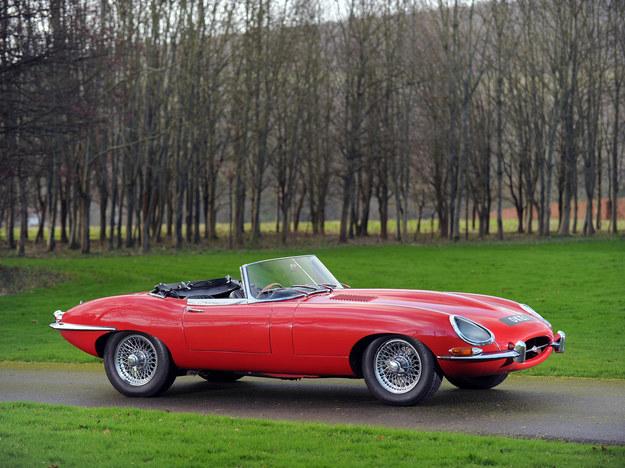 E-Type to jedno z najpiękniejszych aut świata. Silnik 3.8, 265 KM, 0-100: ok. 7 s. /Jaguar
