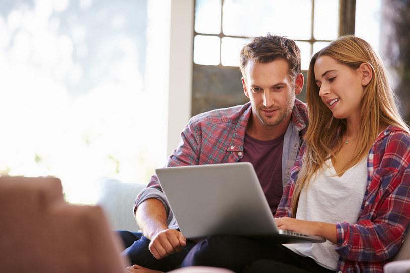 E-usługi dają nam możliwość załatwienia wielu urzędowych spraw bez wychodzenia z domu /123RF/PICSEL