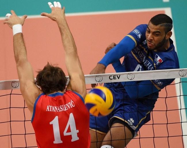 Earvin N'Gapeth atakuje w meczu z Serbią /DANIEL DAL ZENNARO  /PAP/EPA