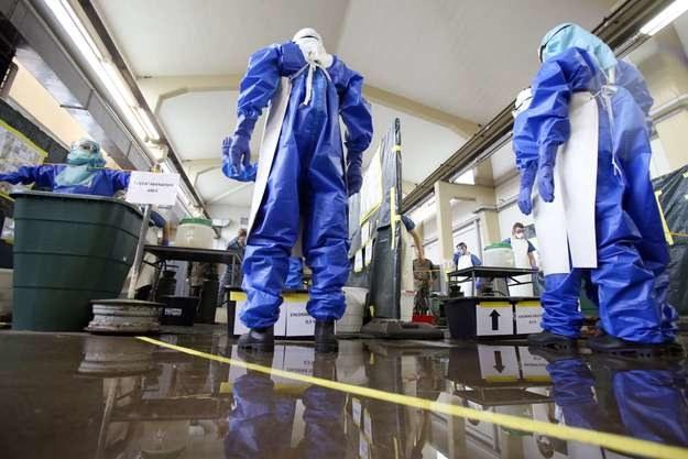 Ebola szerzy się poprzez bezpośredni kontakt z krwią lub innymi płynami ustrojowymi zarażonych /AFP