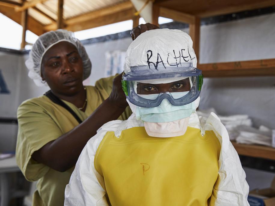 Ebola szerzy się poprzez bezpośredni kontakt z krwią lub innymi płynami ustrojowymi zarażonych ludzi i zwierząt /HUGH KINSELLA CUNNINGHAM  /PAP/EPA