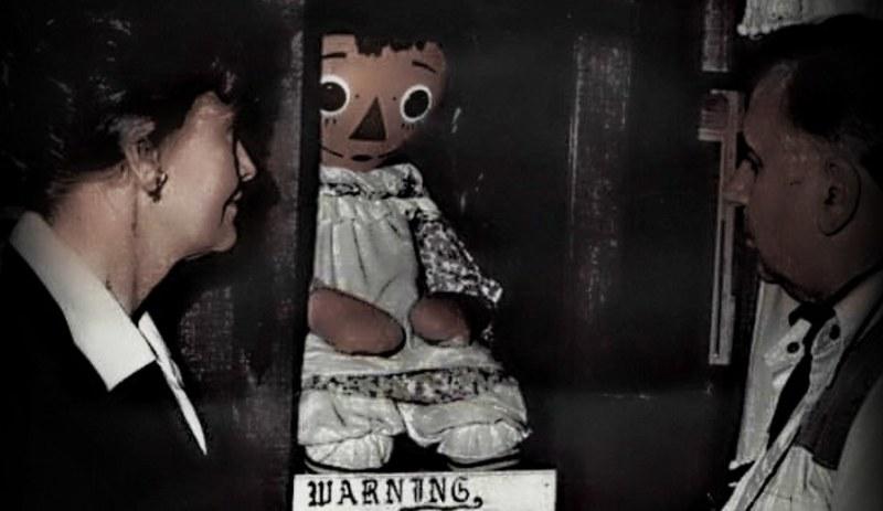 Ed i Lorraine Warrenowie przy słynnej lalce Annabelle /Wikipedia