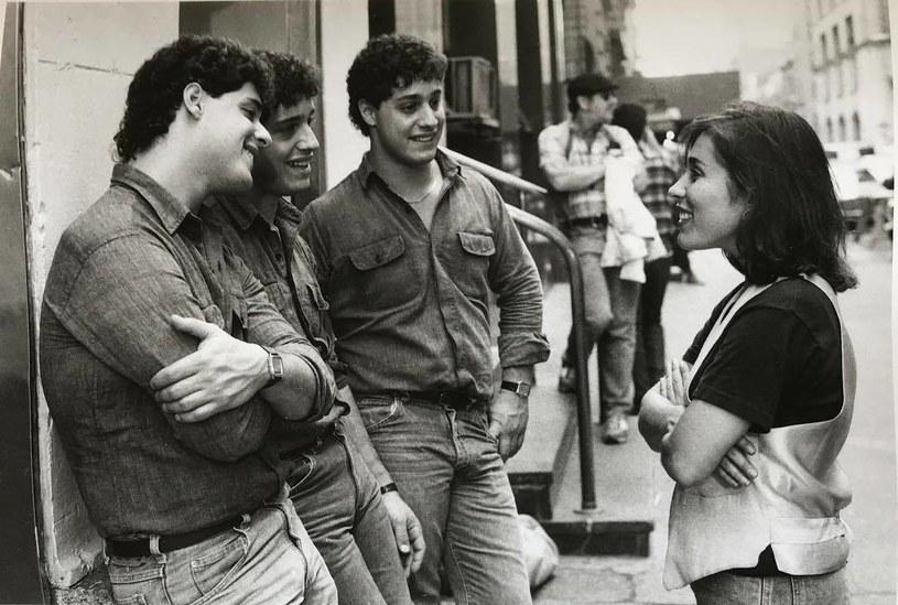 """Eddy, Bobby i David z reżyserką Susan Seidelman, Nowy Jork 1984 (fot. z oficjalnego profilu filmu """"Three Identical Strangers"""" na Facebooku) /materiały prasowe"""