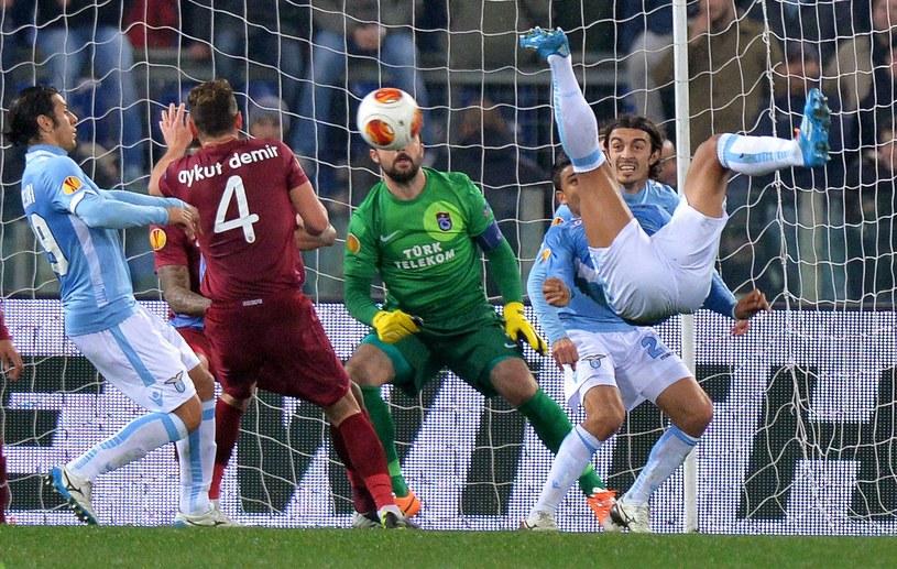 Ederson (Lazio) strzela na bramkę Trabzonsporu /PAP/EPA