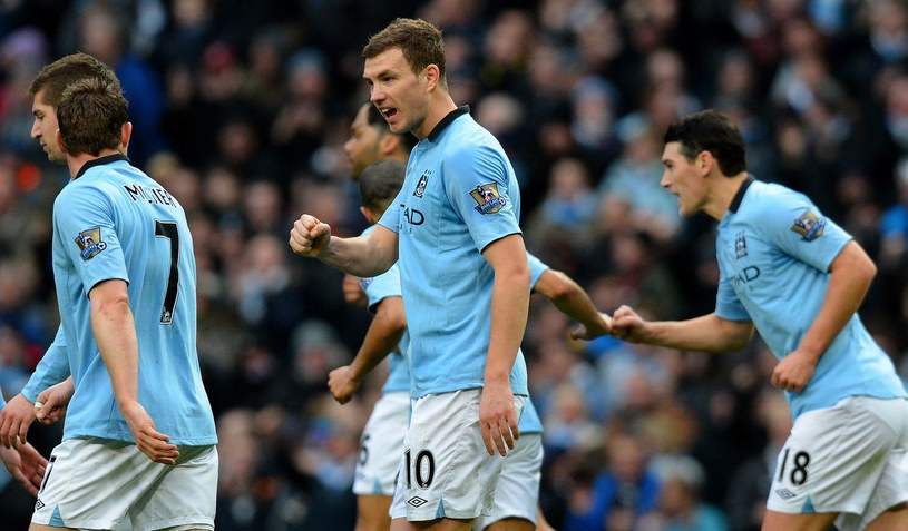 Edin Dżeko (numer 10) zapowiada, że Manchester City postara się wygrać na Old Trafford /AFP