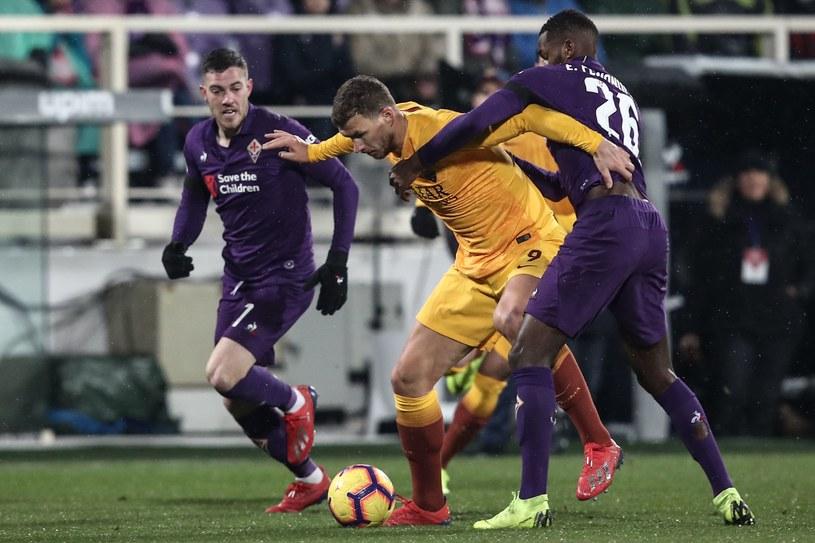 Edin Dżeko (w środku) w meczu z Fiorentiną /AFP