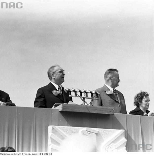 Edward Gierek i Piotr Jaroszewicz na trybubue podczas pochodu pierszwszomajowego (1973 r.) /Z archiwum Narodowego Archiwum Cyfrowego