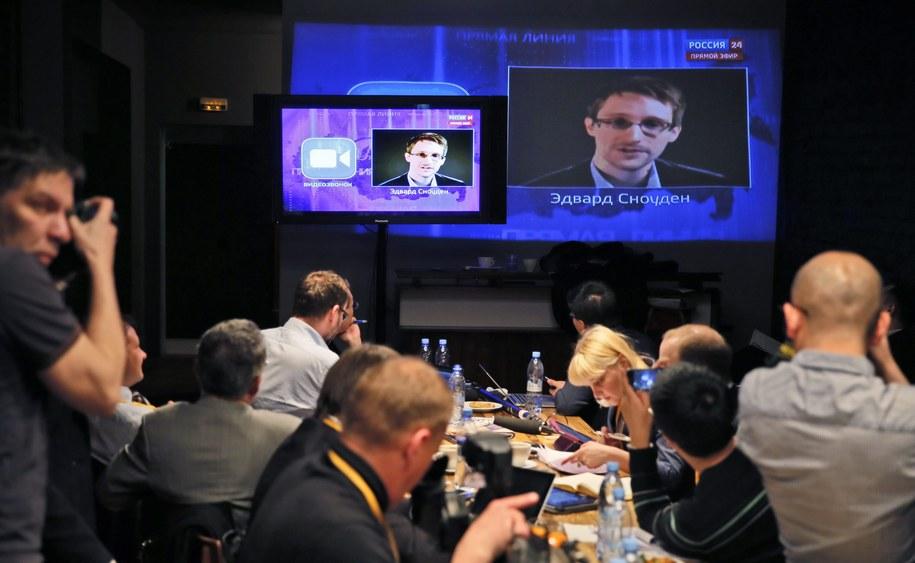 Edward Snowden w czasie telekonferencji Władimira Putina /YURI KOCHETKOV /PAP/EPA