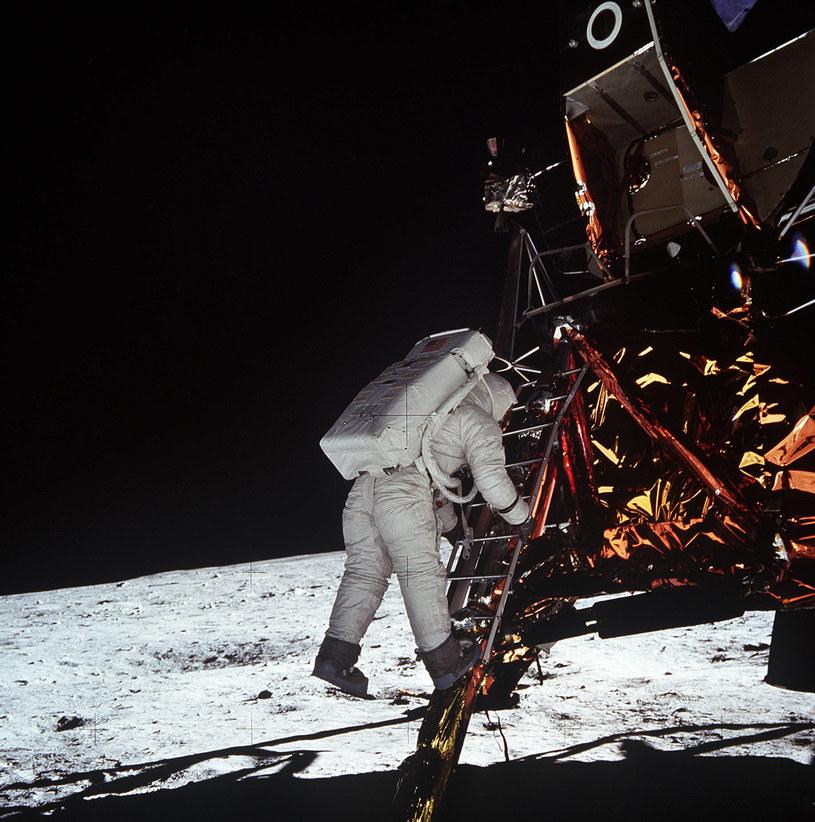 """Edwin """"Buzz"""" Aldrin  opuszcza moduł Orzeł. 20 minut wcześniej stopę na Księżycu postawił Armstrong /AFP"""