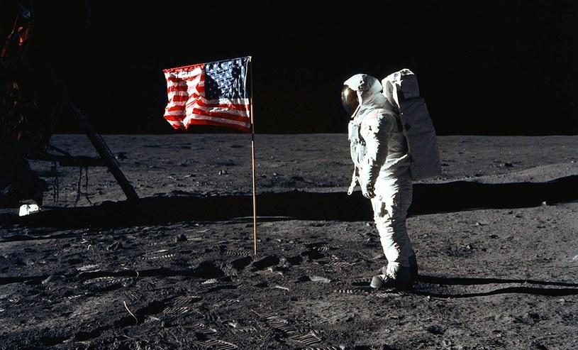 """Edwin """"Buzz"""" Aldrin tuż po zatknięciu flagi USA na Księżycu /AFP"""