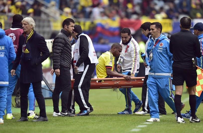 Edwin Valencia znoszony na noszach /AFP