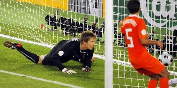 Edwin van der Sar skapitulował trzykrotnie /AFP
