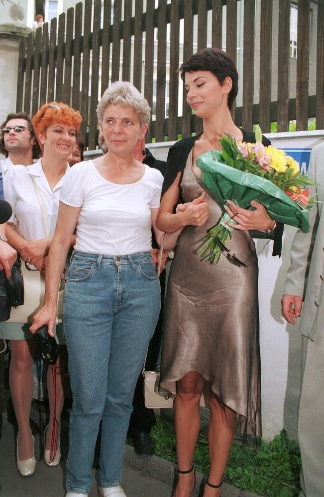Edyta Górniak z mamą na festiwalu w Opolu, 1998 r. /Mieczysław Włodarski /Reporter
