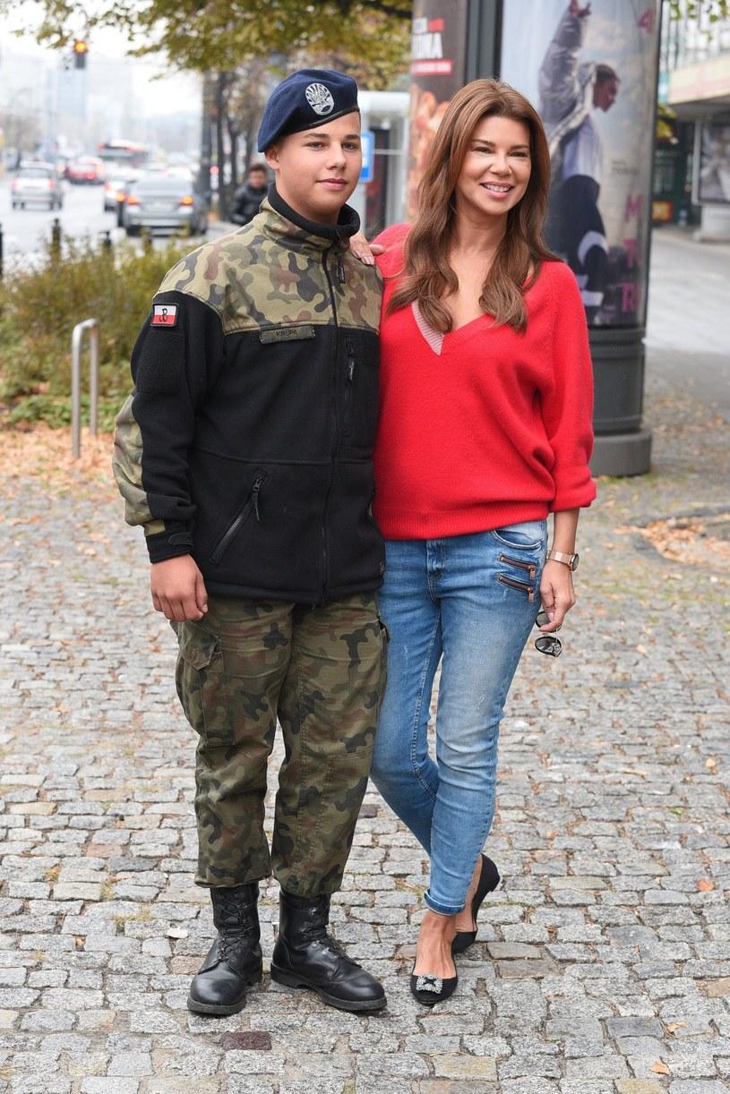 "Edyta Górniak z synem Allanem pod studiem ""DDTVN"" /East News"