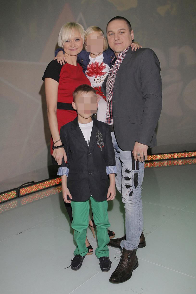 Edyta i Łukasz Golcowie z dziećmi, 2011 rok /Jarosław Wojtalewicz /AKPA