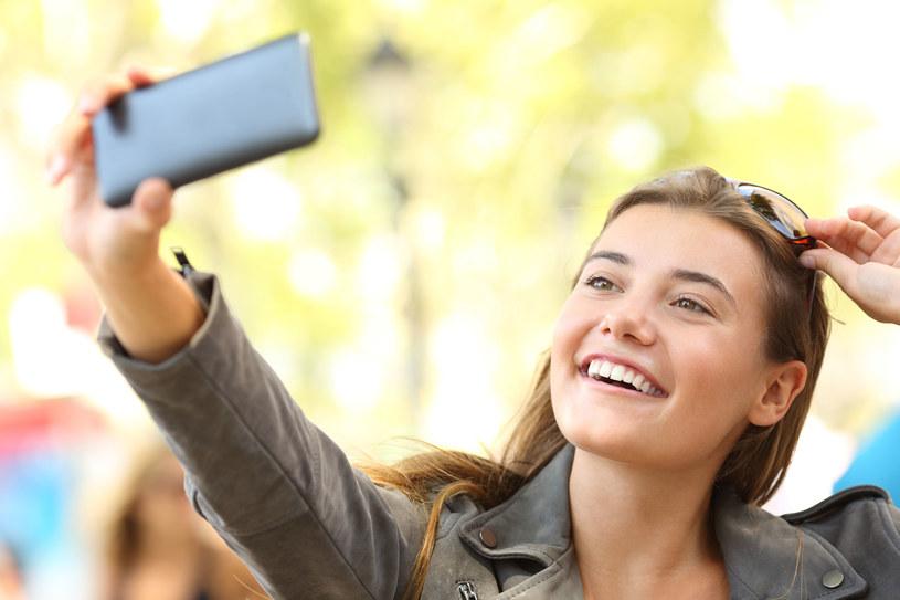 """""""Efekt selfie"""" to silne uzależnienie, na które szczególnie podatne jest  młode pokolenie (generacja Y i Z)"""