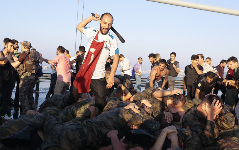 Efektem puczu był lincz na żołnierz uczestniczących w próbie zamachu stanu /Reuters /Agencja FORUM
