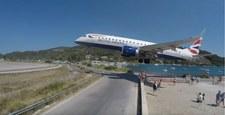 Efektowne, ale niebezpieczne lądowanie. Samolot tuż nad głowami turystów
