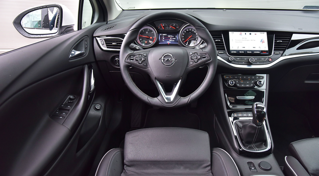 Efektowny kształt, prosta obsługa, niezłe materiały. Za kierownicą panują znakomite warunki pracy. /Motor