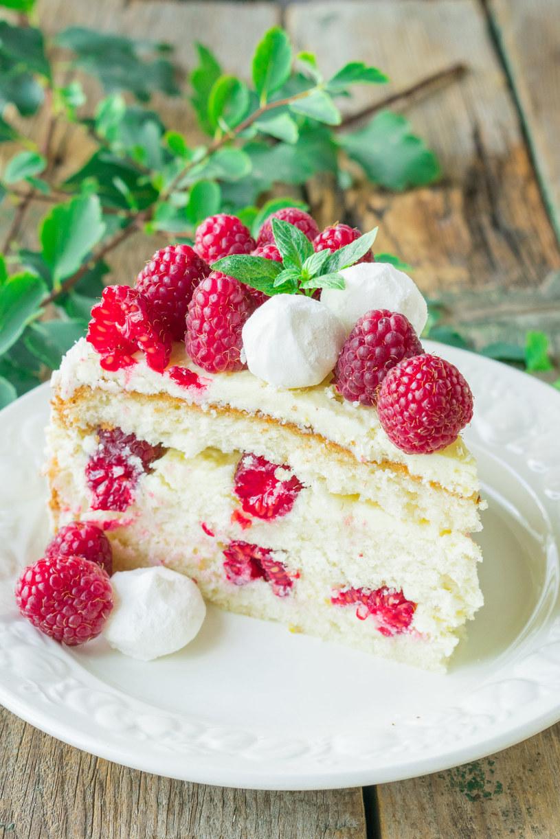 Efektowny, pyszny i puszysty tort bezowy z malinami /123RF/PICSEL