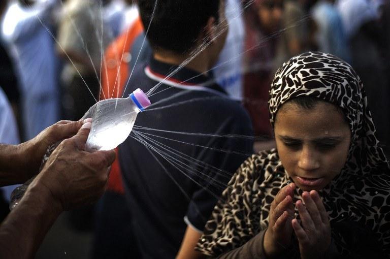 Egipcjanie walczą z upałami /GIANLUIGI GUERCIA / AFP /AFP